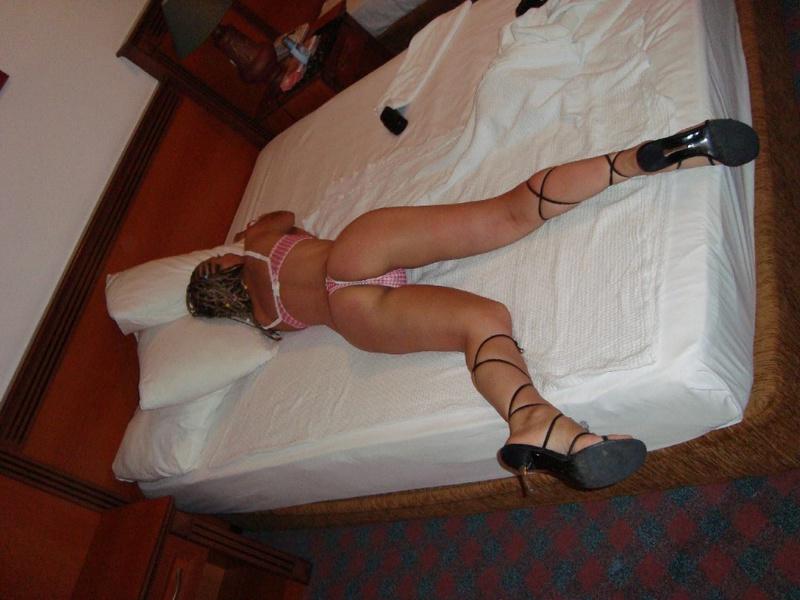 Грудастая девушка позирует перед камерой в отеле 6 фото