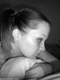 Прекрасная и одиноко скучающая девушка