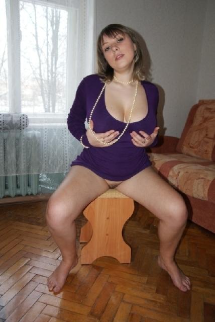 Большегрудая славянка с интимной стрижкой позирует для мужа на диване 11 фото