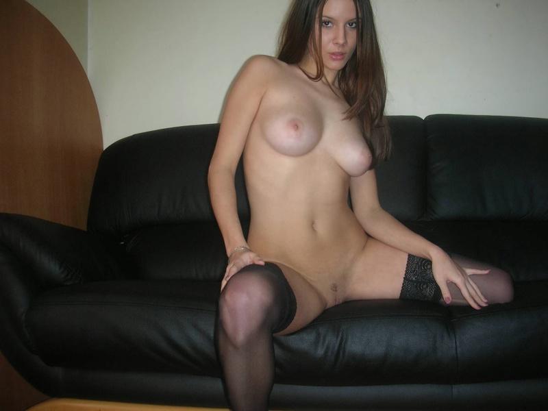 Сексуальная студентка нежится в одних чулках на кожаном диване 9 фото