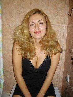 Русская мамочка с большой попкой позирует в униформе служанки