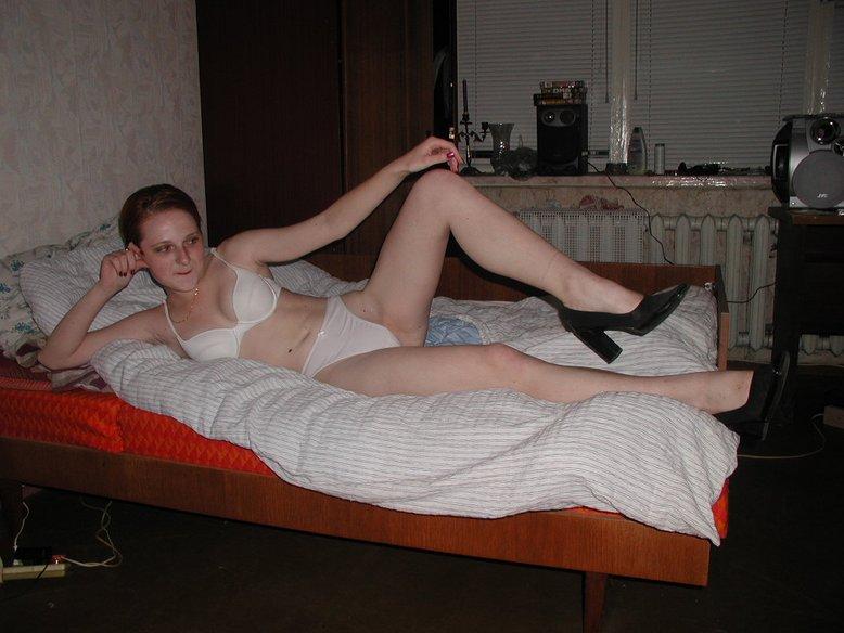 Рыжая сучка хороша и без нижнего белья 2 фото