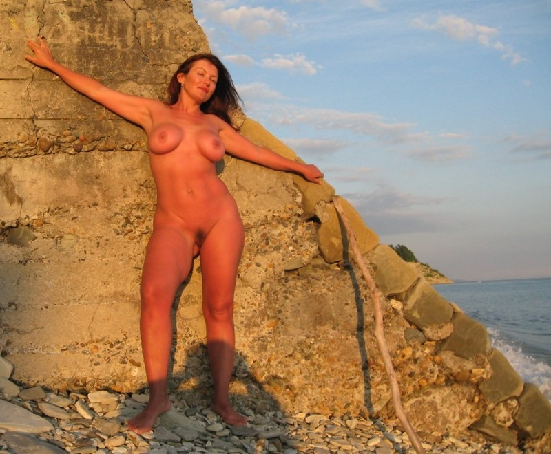 Толстозадая мамка с большими сиськами разделась на море 6 фото