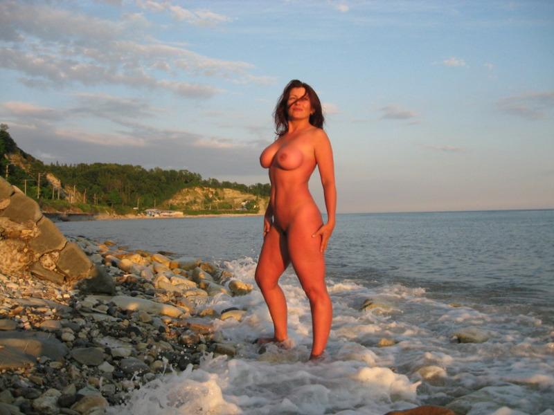 Толстозадая мамка с большими сиськами разделась на море 10 фото