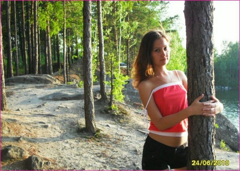 После лесной прогулки, русская телка разделась для парня на хате 4 фото