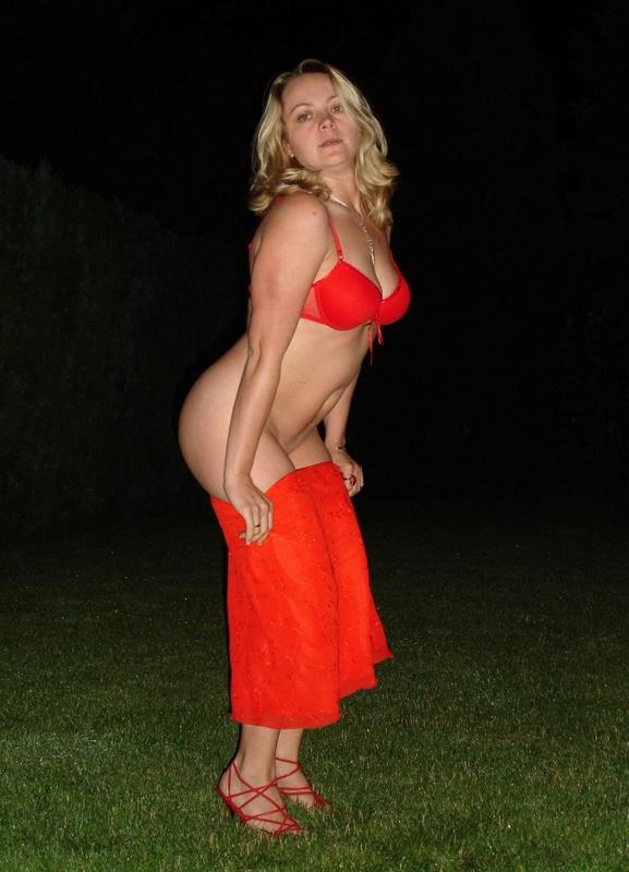 Страстная мамочка ночью раздевается на ровном газоне 11 фото