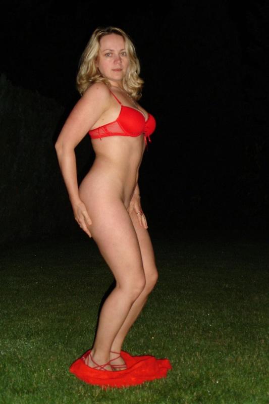 Страстная мамочка ночью раздевается на ровном газоне 12 фото