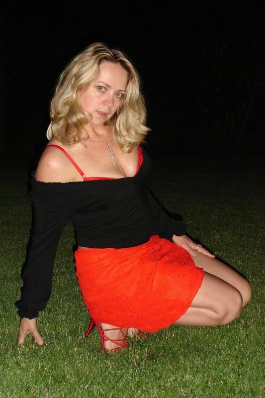 Страстная мамочка ночью раздевается на ровном газоне 6 фото