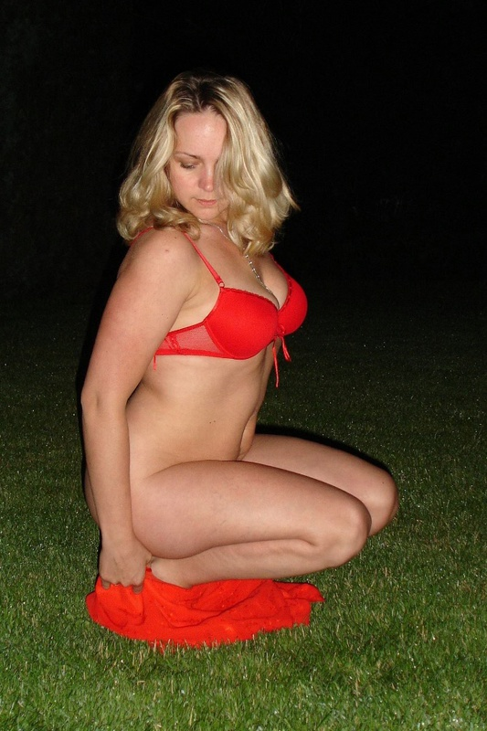 Страстная мамочка ночью раздевается на ровном газоне 13 фото