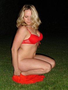 Страстная мамочка ночью раздевается на ровном газоне