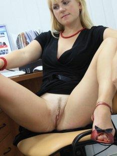 Секретарша раздвигает ляжки перед рабочим столом