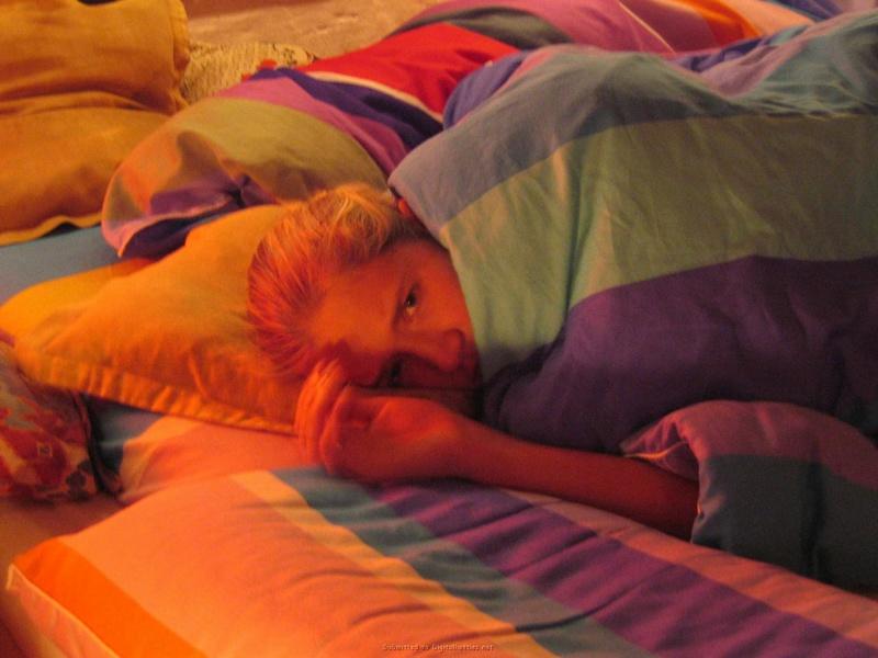 Белокурая женушка в чулках встала раком на кровати 1 фото
