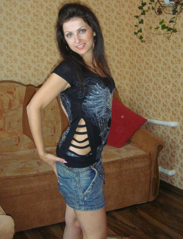 Русская девушка раздевается и светит стройным телом перед душем 1 фото