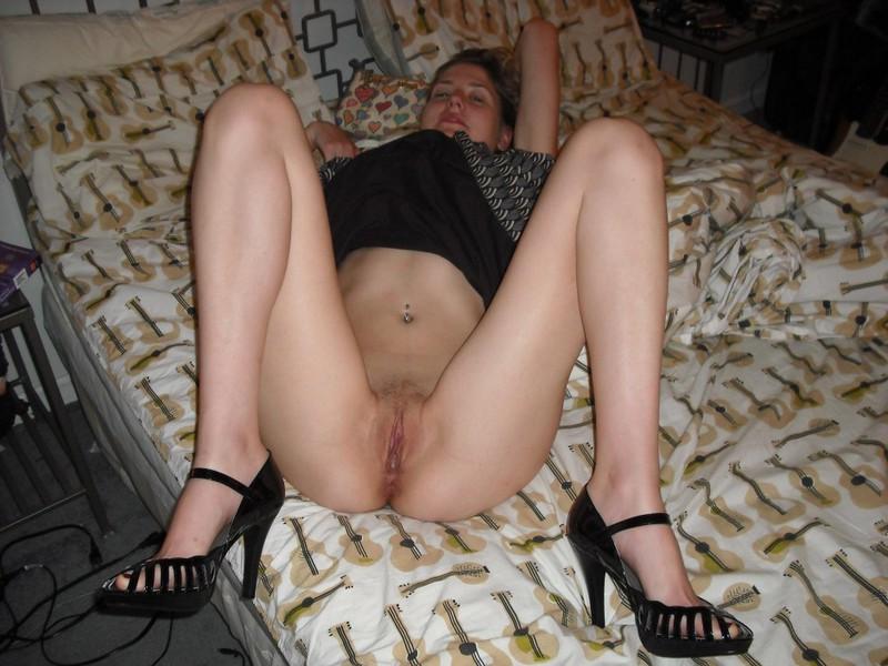 Стройная фифа голышом на мягкой постели 14 фото