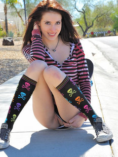 Привлекательные девушка показывает непристойности на улице