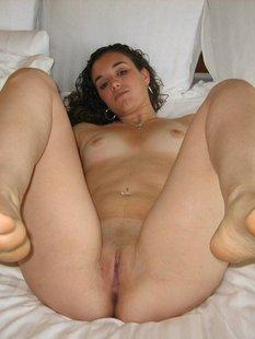 Голая мамка раздвинула ноги дома