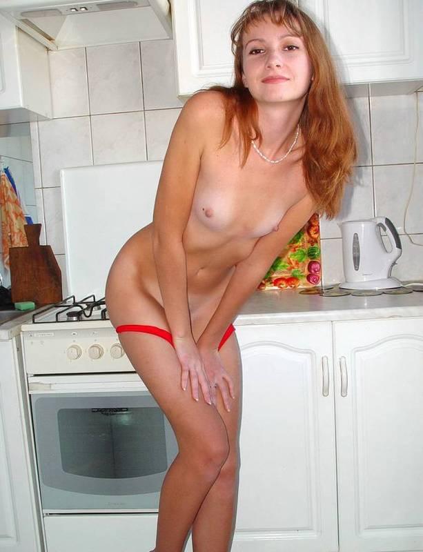 Русская домохозяйка сняла красное платье и белье на кухне 6 фото