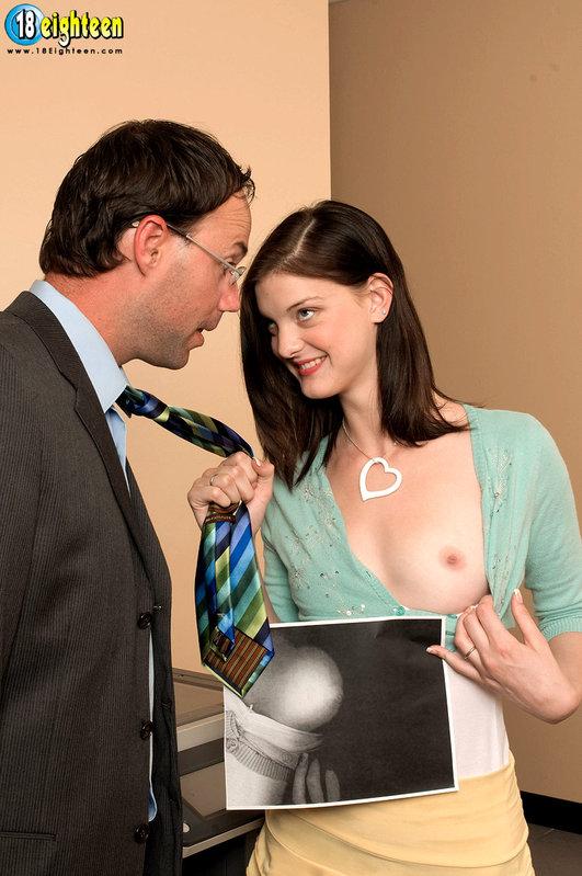 Молодая секретарша развлекается с боссом на диване 1 фото