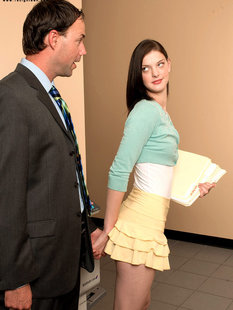 Молодая секретарша развлекается с боссом на диване