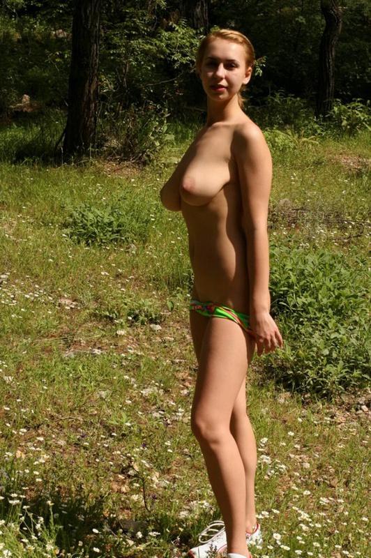 Молодая телка в кедах сняла шорты и красную майку на поляне 2 фото