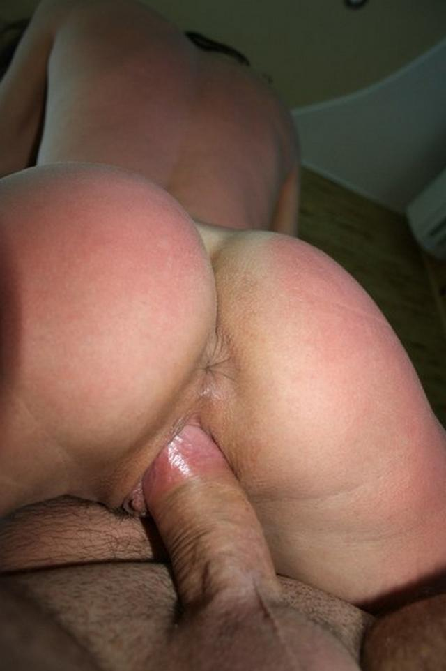 Подтянутая брюнетка показывает анус и трахается с мужем на камеру 6 фото
