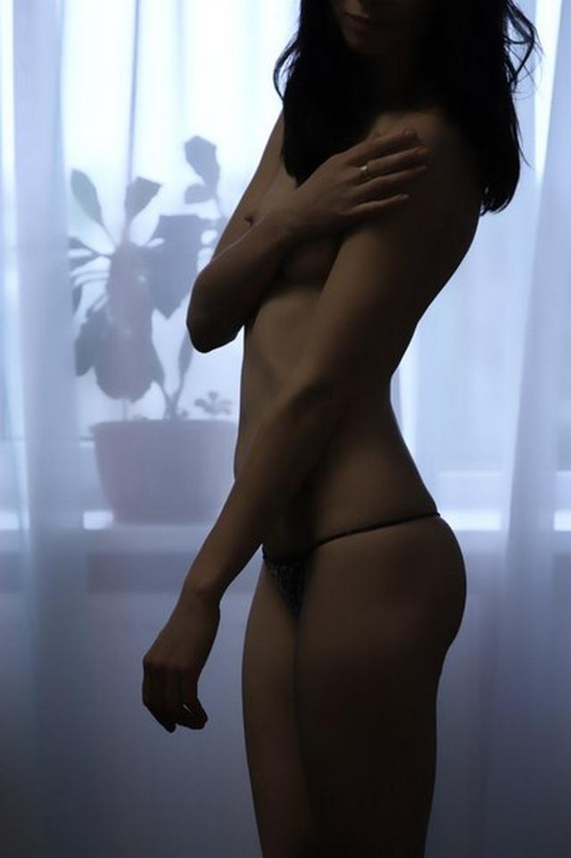 Подтянутая брюнетка показывает анус и трахается с мужем на камеру 16 фото