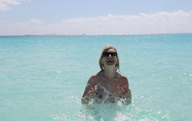 Коллекция частных снимков 40летней туристки с отдыха на море 7 фото
