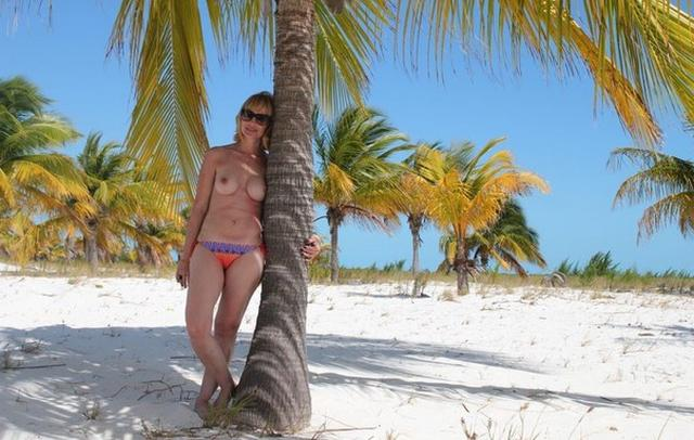 Коллекция частных снимков 40летней туристки с отдыха на море 8 фото