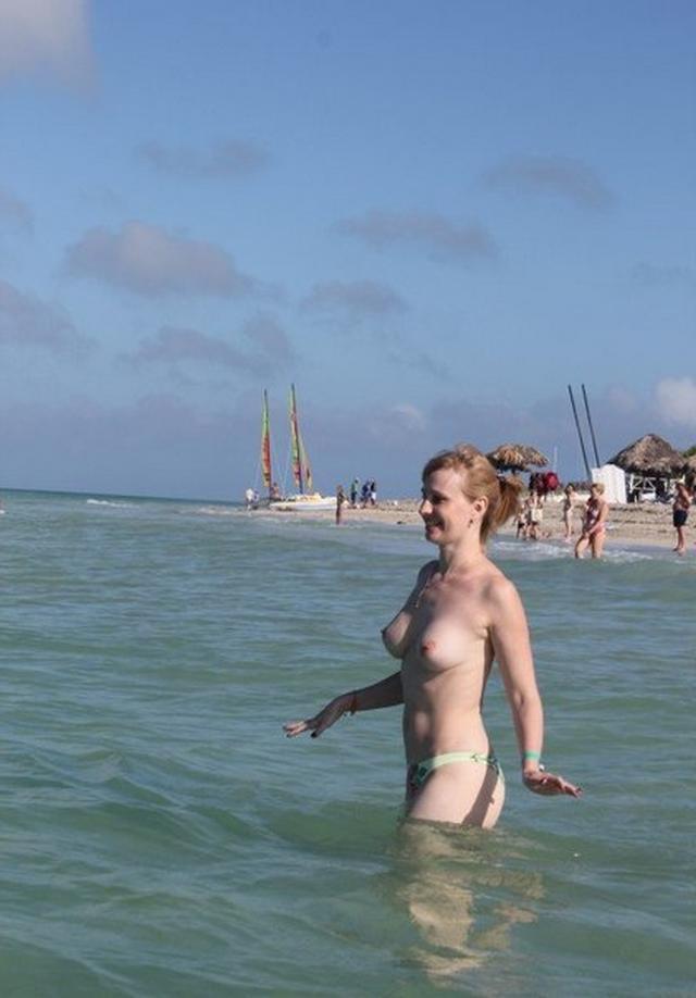 Коллекция частных снимков 40летней туристки с отдыха на море 9 фото