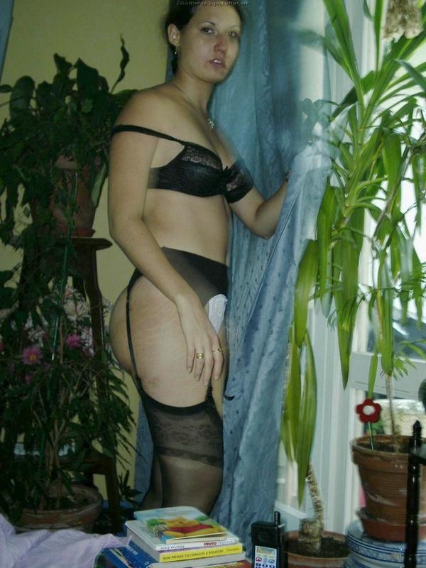 Жопастая телочка из России отсасывает дома до камшота на лицо 2 фото