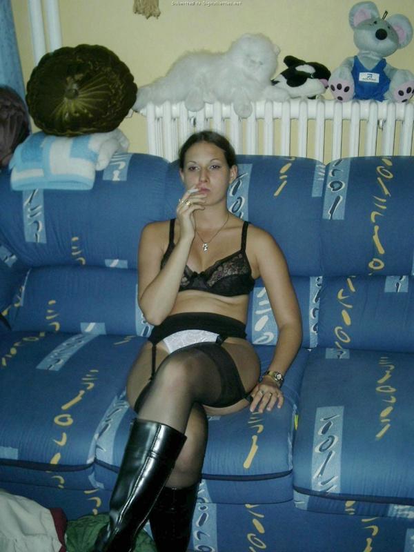 Жопастая телочка из России отсасывает дома до камшота на лицо 13 фото