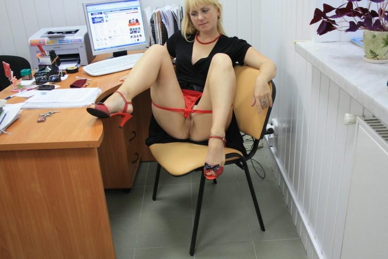 Русская секретарша проспорила коллеге и показывает киску в офисе 2 фото