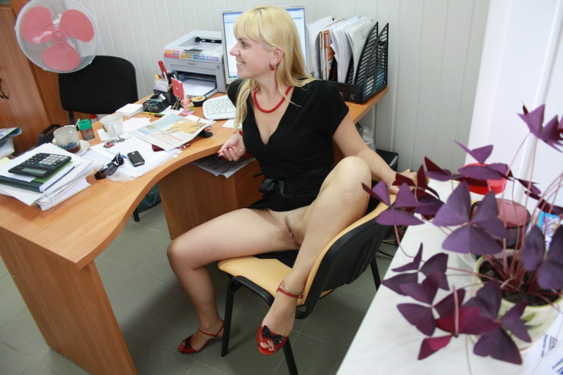 Русская секретарша проспорила коллеге и показывает киску в офисе 11 фото