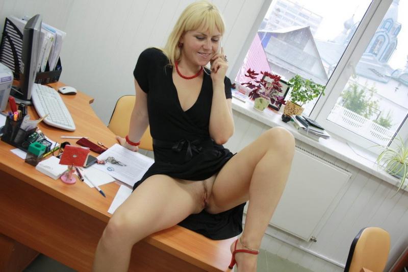 Русская секретарша проспорила коллеге и показывает киску в офисе 5 фото