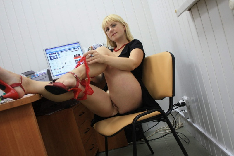 Русская секретарша проспорила коллеге и показывает киску в офисе 3 фото