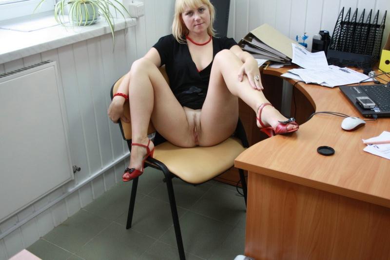 Русская секретарша проспорила коллеге и показывает киску в офисе 8 фото