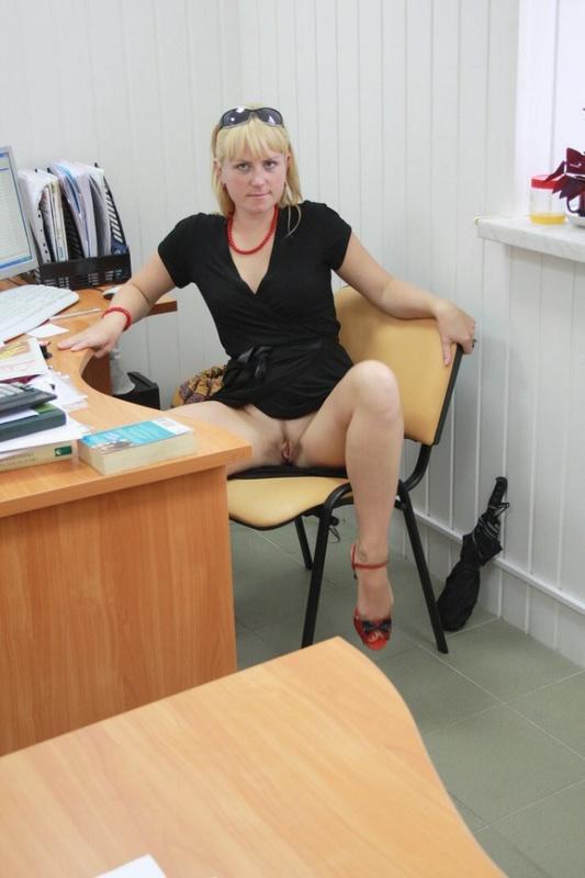 Русская секретарша проспорила коллеге и показывает киску в офисе 10 фото