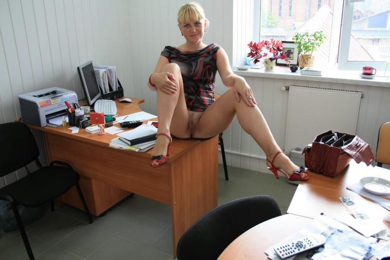 Русская секретарша проспорила коллеге и показывает киску в офисе 12 фото