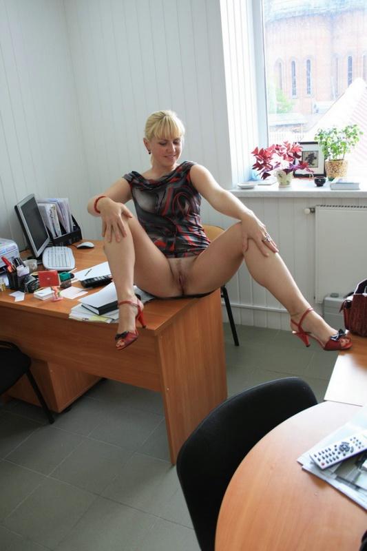Русская секретарша проспорила коллеге и показывает киску в офисе 13 фото