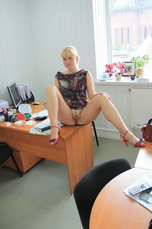 Русская секретарша проспорила коллеге и показывает киску в офисе 14 фото