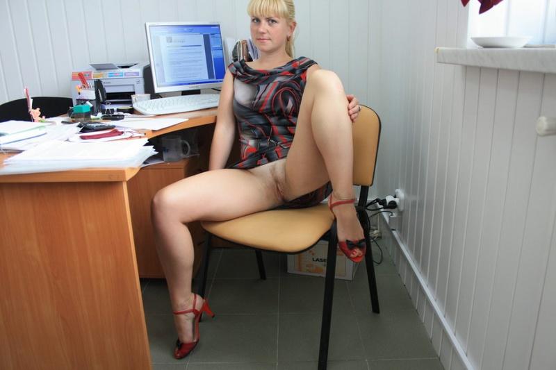 Русская секретарша проспорила коллеге и показывает киску в офисе 15 фото