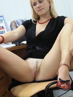 Русская секретарша проспорила коллеге и показывает киску в офисе