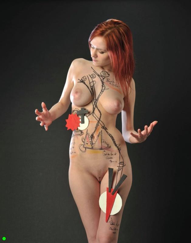 Рыжеволосая деваха демонстрирует своё сексуальное тело 13 фото