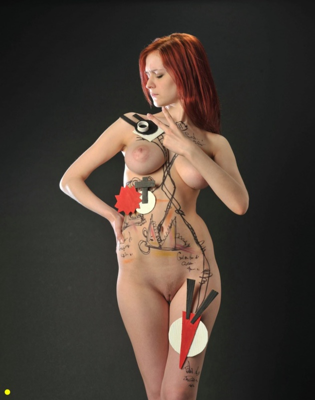Рыжеволосая деваха демонстрирует своё сексуальное тело 12 фото