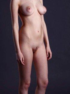 Рыжеволосая деваха демонстрирует своё сексуальное тело