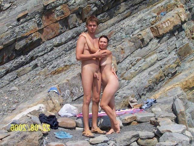Две телки ублажают любовников и друг друга в номере на курорте 1 фото