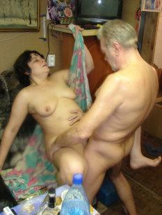 Русская пенсионерка отдыхает в загородном доме и парится в бане