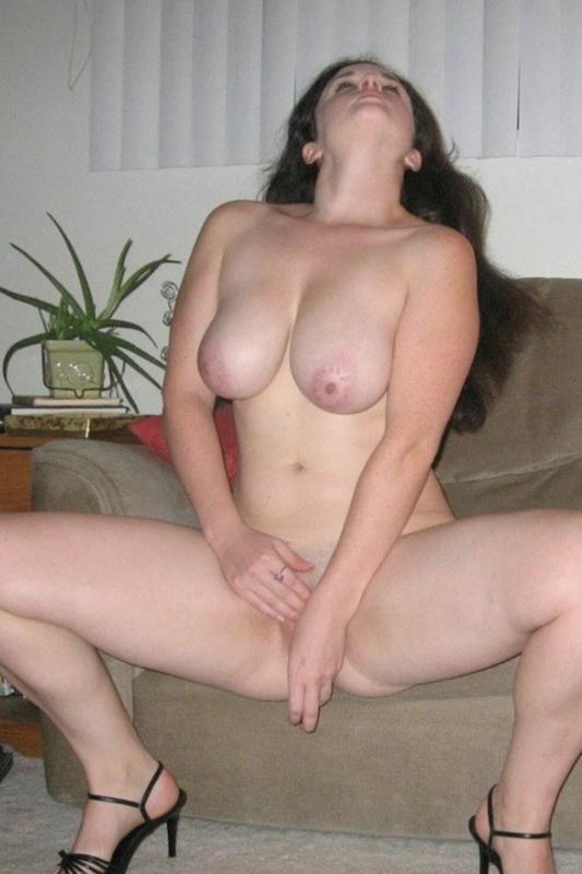 Шальная брюнетка с большой грудью и толстой сракой 4 фото