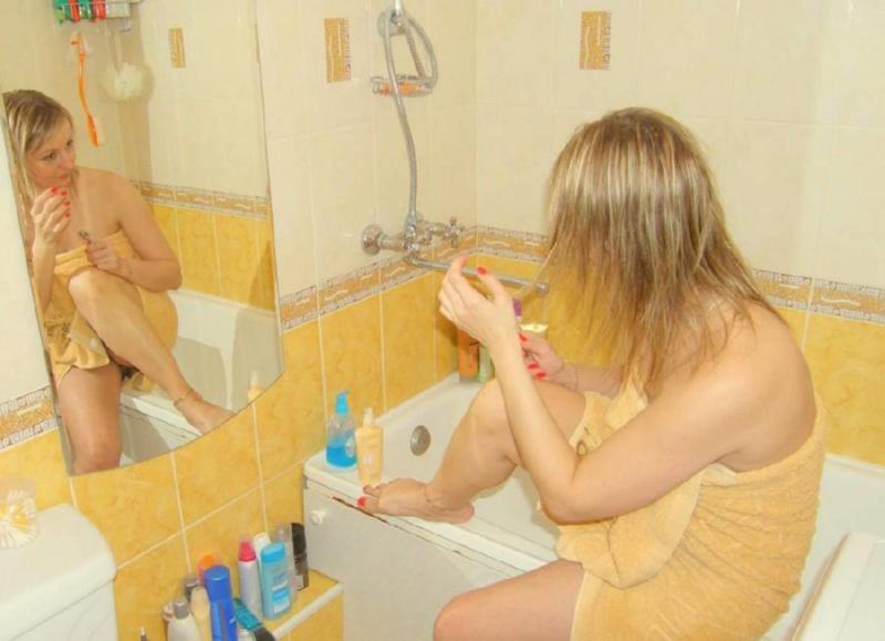 Зрелая снимает трусики в ванной 14 фото