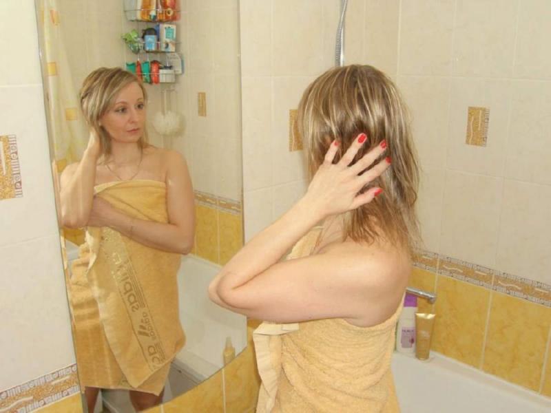 Зрелая снимает трусики в ванной 11 фото